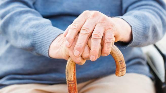 manos anciano baston